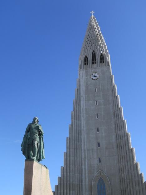Памятник Лейфу Эрикссону у кафедрального собора Рейкьявика