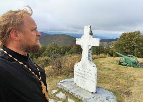 У одного из памятных крестов на Шипкинском перевале