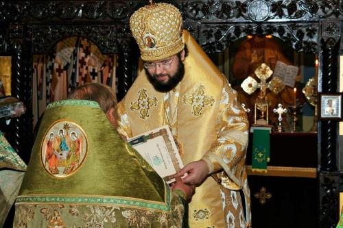 Епископ Антоний вручает Патриаршую грамоту иерею Александру Волоханю