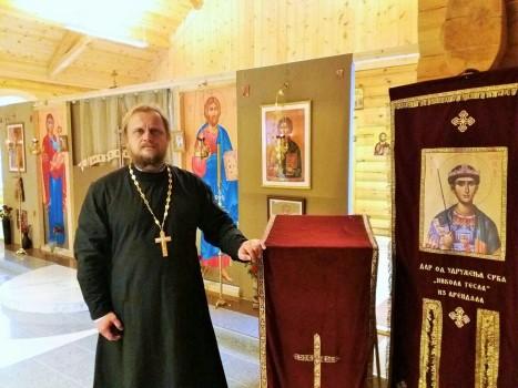 В новопостроенном храме у хоругви с иконой святого Димитрия Солунского
