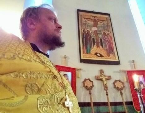 В алтаре Никольского храма на литургии