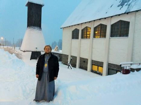 У заснеженного храма после богослужения в Нарвике