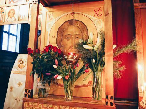 Украшенная цветами икона Спасителя