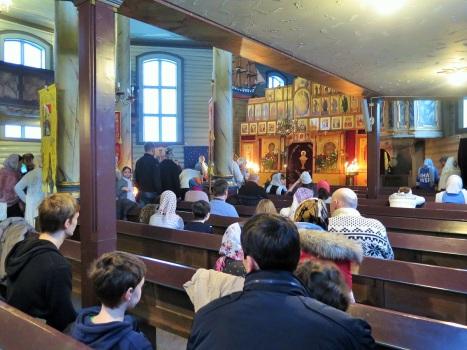 Подуставшие молитвенники на многочасовой службе