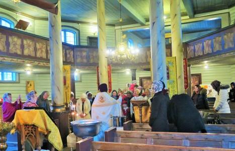 Окропление верующих крещенской водой