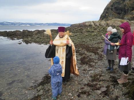 Окропление молящихся освященной водой Норвежского моря