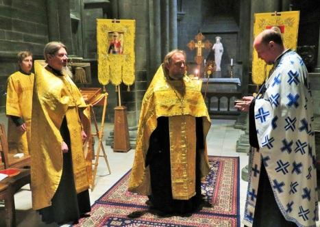 Вручение игуменом Климентом частицы мощей святого Олафа в дар