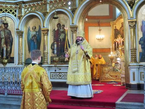 Архиерейское благословение митрополита Исидора за Литургией