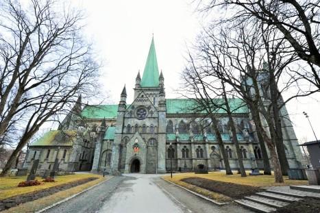 Сторона собора со входом в часовню